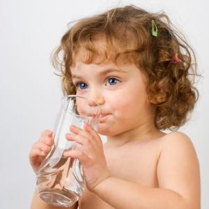 Ребенек пьет воду